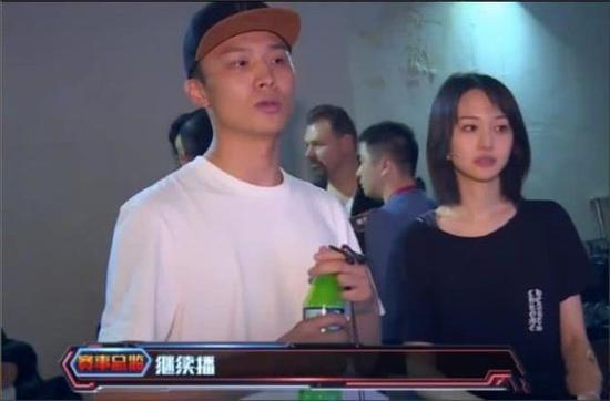 郑爽新男友正面曝光 片场亲密相伴还亲